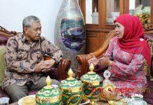SILATURAHIM HAYONO ISMAN: Khofifah Indar Parawansa saat menerima kunjungan Hayono Isman di kediamannya, Jemursari, Surabaya, Minggu (1/7). | Foto: Barometerjatim.com/ROY HASIBUAN