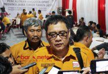 TARGET TINGGI HANURA: Ketua DPD Partai Hanura Jatim, Kelana Aprilianto usai mendaftarkan Bacaleg Hanura ke KPU Jatim, Selasa (17/7). | Foto: Barometerjatim.com/ROY HASIBUAN