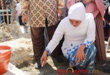 PELETAKAN BATU KEDUA: Khofifah melakukan peletakan batu kedua pembangunan asrama Ponpes Karangasem Paciran, Lamongan, Senin (23/7). | Foto: Barometerjatim.com/WINIDIOVA