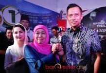 KHOFIFAH-AHY: Khofifah Indar Parawansa ditemani Arumi Bachsin usai menggelar pertemuan tertutup dengan Agus Harimurti Yudhoyono (AHY) di Jemursari, Surabaya, Minggu (1/7). | Foto: Barometerjatim.com/MARIJAN AP
