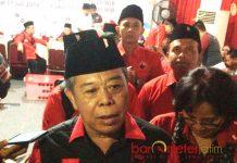 TAK TERBUI JOKOWI EFFECT: Ketua DPD PDIP Jatim, Kusnadi usai mendaftarkan 120 Bacaleg PDIP ke KPU Jatim, Selasa (17/7) malam. | Foto: Barometerjatim.com/ABDILLAH HR