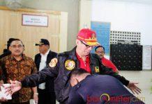 GELEDAH LAPAS PORONG: Menkumham, Yasonna H Laoly menjalani prosedur pemeriksaan sebelum menggeledah Lapas Surabaya di Porong, Sidoarjo, Minggu (22/7). | Foto: IST