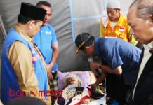 PENGUNGSI KORBAN GEMPA: Mensos Idrus Marham mengunjungi posko pengungsi korban gempa di Lombok Timur, Senin (30/7). | Foto: IST