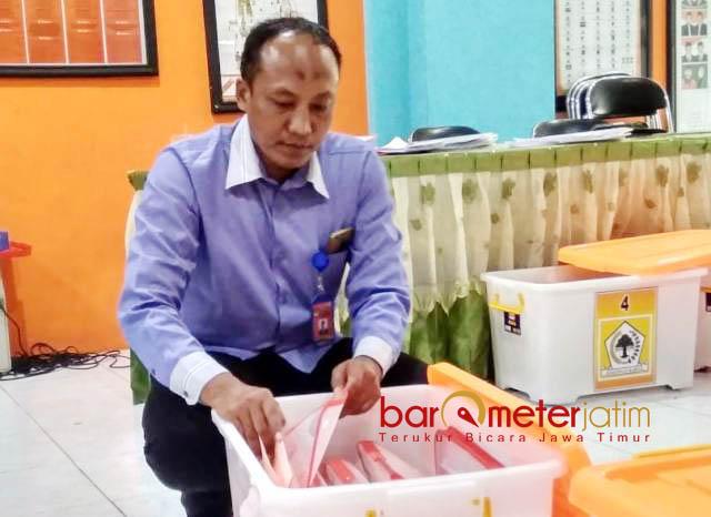 BERKAS BACALEG: Komisioner KPU Lamongan, Nursalam menunjukkan berkas Bacaleg, Selasa (24/7). Dari 591 orang, empat di antaranya eks napi korupsi.   Foto: Barometerjatim.com/HAMIM ANWAR