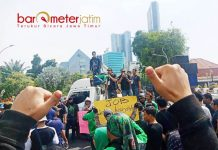 'KEPUNG' GRAHADI: Tukang ojek online menggelar aksi di depan Gedung Negara Grahadi di Jalan Gubernur Suryo, Surabaya, Jumat (13/7). | Foto: Barometerjatim.com/ABDILLAH HR