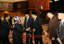 PARIPURNA DPRD JATIM: Gubernur Soekarwo usai mengikuti sidang paripurna di Gedung DPRD Jatim, Surabaya, Selasa (3/7). | Foto: Barometerjatim.com/ABDILLAH HR