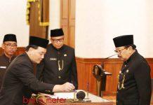 PJ SEKDAPROV: Kepala BPKAD Jatim, Jumadi dilantik sebagai Pj Sekdaprov Jatim di Gedung Negara Grahadi Surabaya, Rabu (18/7). | Foto: Ist