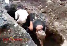 PEMBONGKARAN MAKAM: Pembongkaran makam Janji (56). Tiga tali pengikat kain kafan dicuri orang. | Foto: Barometerjatim.com/NANTHA LINTANG