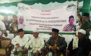 DUET PEMIMPIN PWNU JATIM: PCNU Kota Malang membentangkan spanduk usai duet KH Anwar Manshur-KH Marzuki Mustamar terpilih memimpin PWNU Jatim. | Foto: Barometerjatim.com/ROY HASIBUAN