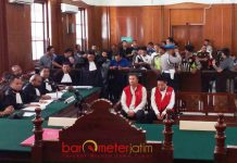 EKSEPSI TERDAKWA: Sidang kasus Sipoa dengan terdakwa, Klemens Sukarno Candra dan Budi Santoso di PN Surabaya, Selasa (31/7). | Foto: Barometerjatim.com/ABDILLAH HR