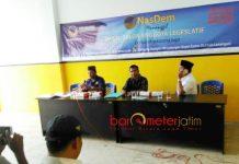 PIMPIN RAPAT BACALEG: Kaharuddin (tengah), Muhammad Amir (kanan) dan Achmad Junari (seragam Nasdem) saat memimpin rapat konsolidasi Bacaleg Partai Nasdem Lamongan. | Foto: Barometerjatim.com/HAMIM ANWAR