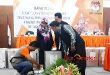 BUKA KOTAK SUARA: KPU Surabaya harus membuka kotak suara di tengah rapat pleno rekapitulasi karena protes dari saksi Gus Ipul-Puti. | Foto: Barometerjatim.com/ABDILLAH HR