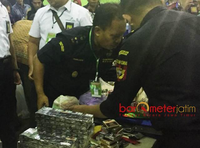 SITA RATUSAN SLOP ROKOK: Petugas Bandara Juanda menyita ratusan slop rokok milik jamaah haji embarkasi Surabaya. | Foto: Barometerjatim.com/NANTHA LINTANG