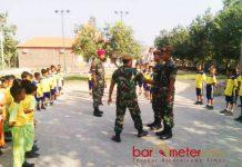 PELATIHAN DAN PEMBEKALAN: Satgas TMMD memberikan pelatihan dan pembekalan kepada murid SDN Ngampel, Balongpanggang, Gresik, Senin (23/7). | Foto: Barometerjatim.com/NANTHA LINTANG