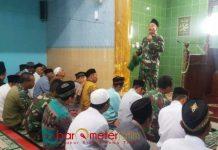 PERINGATAN KUDATULI: Kapten Inf memberikan siraman rohani kepada jamaah Masjid Nurul Hidayah di Desa Ngampel, Minggu (29/7). | Foto: Barometerjatim.com/DIDIK HENDRIYONO