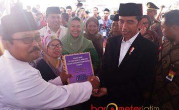 ASPEK DUKUNG JOKOWI-MAHFUD MD: KH Mukhlis Muksin (kiri) saat menyerahkan 1.000 tanda tangan kepada Presiden Jokowi agar merestui Khofifah maju Pilgub Jatim, 8 Oktober 2017. | Foto: Barometerjatim.com/ROY HASIBUAN