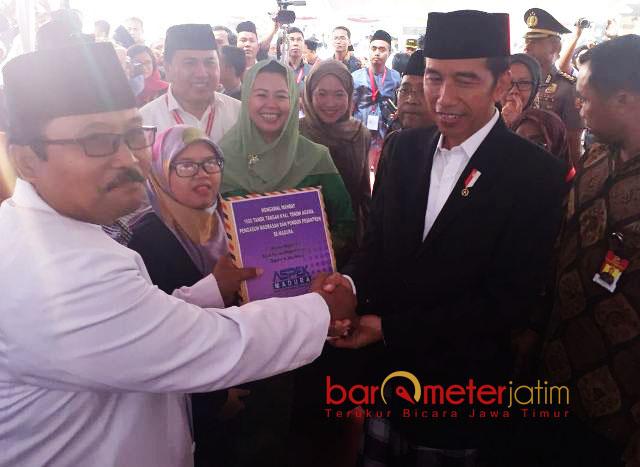 ASPEK DUKUNG JOKOWI-MAHFUD MD: KH Mukhlis Muksin (kiri) saat menyerahkan 1.000 tanda tangan kepada Presiden Jokowi agar merestui Khofifah maju Pilgub Jatim, 8 Oktober 2017.   Foto: Barometerjatim.com/ROY HASIBUAN