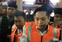 DITERIAKI MALING: Dua terdakwa kasus Sipo saat hendang memasuki ruang persidangan di PN Surabaya, Selasa (24/7). | Foto: Barometerjatim.com/ABDILLAH HR