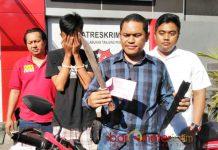 TERSANGKA PERAMPOKAN: Petugas Polres Tanjung Perak Surabaya menunjukkan barang bukti dan tersangka perampokan. | Foto: Barometerjatim.com/NANTHA LINTANG