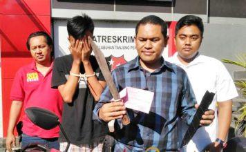 TERSANGKA PERAMPOKAN: Petugas Polres Tanjung Perak Surabaya menunjukkan barang bukti dan tersangka perampokan.   Foto: Barometerjatim.com/NANTHA LINTANG