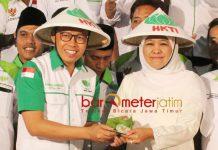 IKUT IBU PETANI: Ahmad Nawardi (kiri) memberikan jajan pasar kepada Khofifah saat acara halal bi halal HKTI Jatim di Surabaya, Minggu (19/8). | Foto: Barometerjatim.com/ROY HASIBUAN