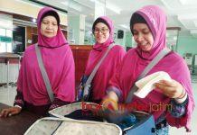 JAMAAH CALON HAJI TERMUDA: Ana Farah Diba (kanan), JCH termuda di Asrama Haji Embarkasi Surabaya (AHES) Sukolilo. | Foto: Barometerjatim.com/NANTHA LINTANG