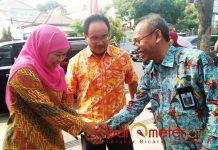 KEBUTUHAN ASN PEMPROV: Anom Surahno (kanan) menyembut Khofifah Indar Parawansa saat launching kantor media nasional di Surabaya. | Foto: Barometerjatim.com/DOK