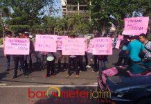 TUNTASKAN KORUPSI P2SEM: Massa Garansi menggelar aksi penuntasan kasus korupsi P2SEM di depan kantor Kejati Jatim, Surabaya, Jumat (31/8) sore. | Foto: Barometerjatim.com/NANTHA LINTANG