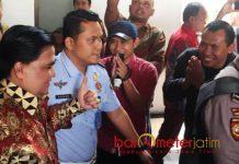 MASIH DIKAGUMI PENGIKUTNYA: Sejumlah pengikut Dimas Kanjeng (baju batik) memberi hormat dalam persidangan di PN Surabaya, Rabu (1/8). | Foto: Barometerjatim.com/ABDILLAH HR