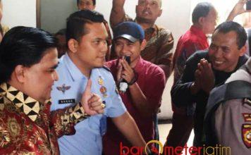 MASIH DIKAGUMI PENGIKUTNYA: Sejumlah pengikut Dimas Kanjeng (baju batik) memberi hormat dalam persidangan di PN Surabaya, Rabu (1/8).   Foto: Barometerjatim.com/ABDILLAH HR