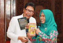 SENYUM DAN IKHLAS: Agus Ali Fauzi mengajak peserta ceramah dan dialog kesehatan untuk membiasakan senyum dan ikhlas. | Foto: Barometerjatim.com/HAMIM ANWAR