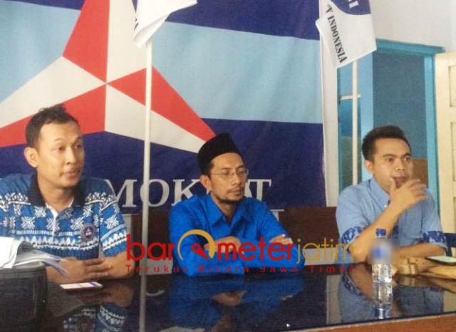 POLITIK BERETIKA: Farkhan Efendi (tengah) sebut PDIP mulai tumpul dan tidak menjalankan politik beretika. | Foto: Barometerjatim.com/NANTHA LINTANG