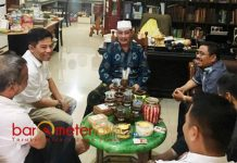 GERINDRA AJAK CAK ANAM: Pengurus Partai Gerindra Jatim bersilatirahim ke kediaman Cak Anam di kawan Kutisari, Surabaya, Jumat (17/8). | Foto: Barometerjatim.com/ROY HASIBUAN