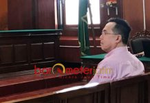 4 TAHUN PENJARA: Henry J Gunawan, dituntut empat tahun penjara dalam persidangan di Pengadilan Negeri (PN) Surabaya, Rabu (29/8). | Foto: Barometerjatim.com/NANTHA LINTANG