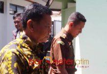 KASUS KORUPSI JASPEL BPJS: Kadinkes Gresik, M Nurul Dholam (kiri) memenuhi panggilan Kejari Gresik untuk diperiksa dalam kasus dugaan korupsi Jaspel BPJS, Kamis (16/8).