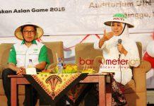 KHOFIFAH BERSAMA HKTI JATIM: Khofifah Indar Parawansa (kanan) saat acara Himpunan Kerukunan Tani Indonesia (HKTI) Jatim di UIN Sunan Ampel Surabaya, Minggu (19/8). | Foto: Barometerjatim.com/ROY HASIBUAN