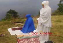 SHALAT DI PERBUKITAN: Khofifah Indar Parawansa melaksanakan shalat di sela kunjungannya ke Malang, beberapa waktu lalu. | Foto: Barometerjatim.com/DOK