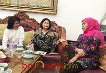 SILATURAHIM KE KHOFIFAH: Suciwati (kiri) saat silaturahim ke kediaman Khofifah di Jemursari, Surabaya, Selasa (14/8). | Foto: Barometerjatim.com/MARJAN AP
