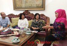 FASILITASI MUSEUM OMAH MUNIR: Khofifah saat menerima silaturahim Suciwati (dua dari kiri) di kediamannya, Jemursari, Surabaya, Selasa (14/8). | Foto: Barometerjatim.com/MARJAN AP