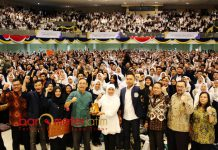 SEMANGAT MABA: Khofifah dalam penutupan pengenalan kehidupan kampus mahasisa baru Unair Surabaya, Sabtu (11/8). | Foto: Barometerjatim.com/ABDILLAH HR