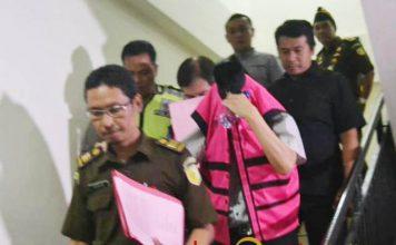 KORUPSI DANA BERGULIR: Salah seorang pengurus koperasi ditahan Kejari Surabaya dalam kasus dugaan korupsi dana bergulir.   Foto: Barometerjatim.com/ABDILLAH HR