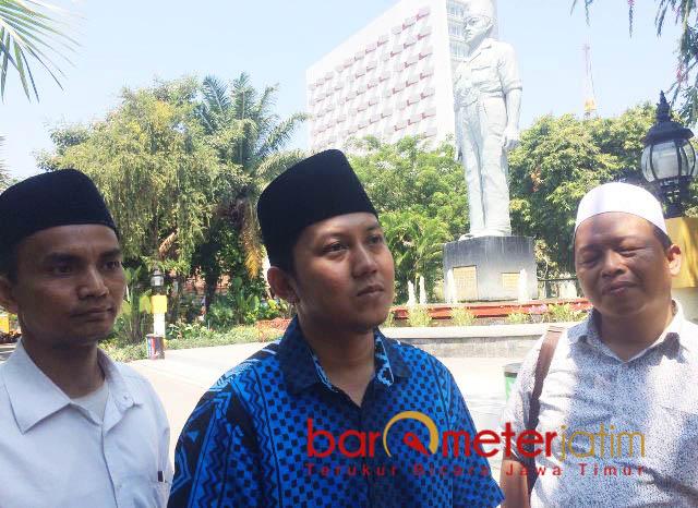 INGATKAN AHMAD DHANI: Muhammad Maftuh (tengah), nilai kedatangan Ahmad Dhani hanya untuk 'mengobrak-abrik' Kota Surabaya dan warganya. | Foto: Barometerjatim.com/NANTHA LINTAG