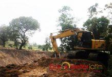 RAMPUNG SEBELUM ANGGARAN TURUN: Proyek pengerukan proyek pembuatan embung di Desa Cangkring, Kecamatan Bluluk, Kabupaten Lamongan. | Foto: Barometerjatim.com/HAMIM ANWAR