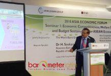 BAGI KIAN DI SINGAPURA: Gubernur Jatim, Soekarwo berbagi kiat peranan dan kontribusi dalam forum di Singapura, Rabu (29/8). | Foto: Barometerjatim.com/NANTHA LINTANG