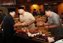 PARIPURNA DPRD JATIM: Gubernur Soekarwo menyapa anggota DPRD Jatim, Abdul Halim (tengah) dan Agus Dono di sela sidang paripurna, Rabu (15/8). | Foto: Barometerjatim.com/ROY HASIBUAN