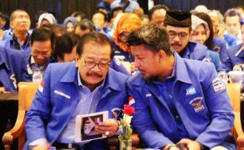 DEMOKRAT TETAP SOLID: Soekarwo (kiri) dan Ranville Antonio saat acara DPD Partai Demokrat Jatim di Surabaya. | Foto: Barometerjatim.com/ROY HASIBUAN