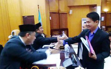 NASDEM WALK OUT: Politikus Nasdem, Vinsensius Awey memilih walk out saat paripurna perubahan nama dua jalan di Surabaya. | Foto: Barometerjatim.com/NANTHA LINTANG