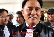 SIAP MELAWAN: Penasihat hukum Henry Gunawan, Yusril Ihza Mahendra sebut dakwan JPU dalam overlap. | Foto: Barometerjatim.com/NANTHA LINTANG