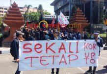 JANGAN KORUPSI: BEM SI menggelar aksi di depan gedung DPRD Jatim, ingatkan anggota dewan jangan korupsi. | Foto: Barometerjatim.com/NANTHA LINTANG