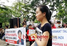GAGAL TEMUI YUSRIL: Salah seorang warga melintas di depan aksi korban sipoa di depan gedung PN Surabaya, Kamis (20/9). | Foto: Barometerjatim.com/ABDILLAH HR